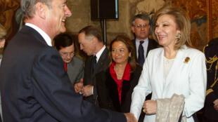 تصویر تزیینی است. دیدار ژاک شیراک، رییسجمهوری وقت فرانسه با شهبانو فرح پهلوی در کاخ الیزه در سال 2003
