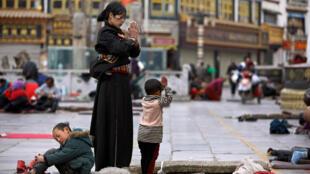 Người Tây Tạng làm lễ ở bên ngoài tu viện Jokhang, nhân dịp Năm Mới Tây Tạng, tại Lhasa, vùng tự trị Tây Tạng. (Ảnh chụp ngày 28/02/2014)
