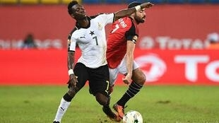 Clash between Ghana's Christian Atsu and Egypt's Ahmed Fathi in Port-Gentil on 25 January 2017.