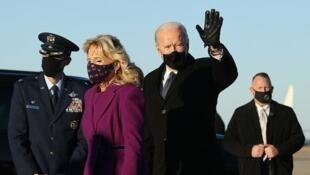 Rais mteule wa Marekani  Joe Biden (Kulia ) na mke wake  Jill Biden  baada ya kuwasili jijini Washington DC  Januari 19, 2021.