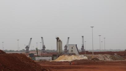 Au port de Katougouma, la bauxite, le minerai rouge, est exploitée par l'entreprise guinéo-chinoise, la SMB, la société minière de Boké et exportée direction la Chine par bateaux.