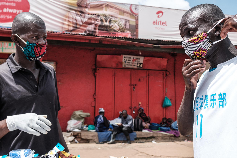 Wauzaji wa barakoa na vifaa vingine vya kujilinda na COVID-19 huko Kampala Aprili 2020 (picha ya kumbukumbu).