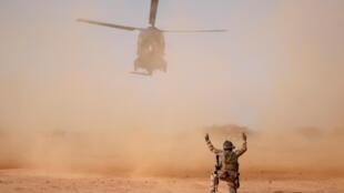 Un hélicoptère militaire NH90 de l'opération Barkhane à Ndaki, au Mali, le 29 juillet 2019.