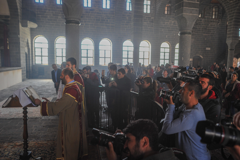 Журналисты на пасхальной литургии в армянской церкви Святого Киракоса города Диярбакыра. Турция. 5 апреля 2015 год