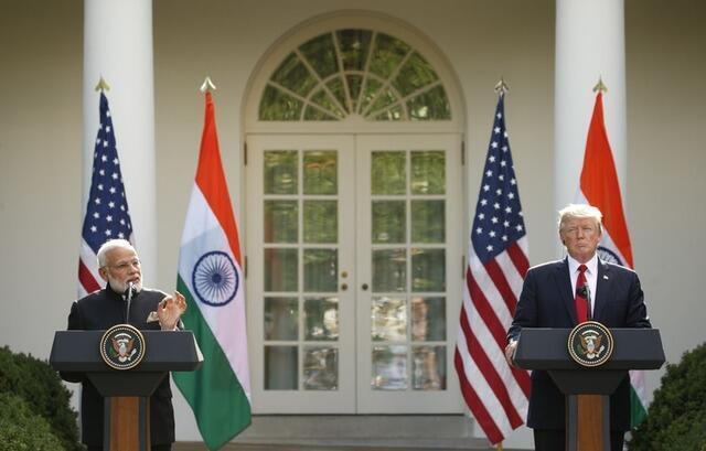 Thủ tướng Ấn Độ Narendra Modi (T) họp báo chung với tổng thống Mỹ Donald Trump, Nhà Trắng, Washington, 26/06/2017.
