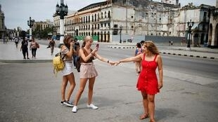 Turistas se toman fotos en el Capitolio de La Habana, agosto de 2019.