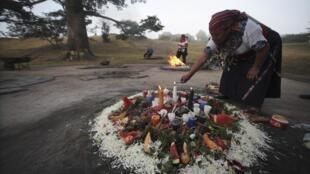 Una mujer indígena prepara un fuego sagrado en Ciudad de Guatemala.
