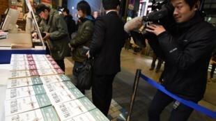 """کتابفروشان توکیو و دیگر شهرهای ژاپن، به دلیل استقبال خوانندگان وفادار به آثار """"هاروکی موراکامی""""، برای فروش تازهترین انتشار رمان قطور و دوجلدی او """"قتل فرمانده شهسواران""""، مجبور به در نظر گرفتن تدابیر ویژه شدند."""