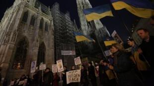 Manifestation contre la présence de troupes russes en Ukraine, à Stephansplatz, devant la cathédrale Saint-Étienne de Vienne, le 5 mars 2014.