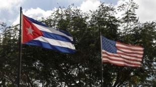 De nouvelles relations diplomatiques entre Cuba et les Etats-Unis avec les deux drapeaux côte à côte à la Havane, le 19 décembre 2014.