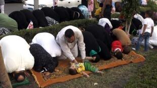 Partidários do presidente Mursi rezam durante a festa de de Aid El Fitr
