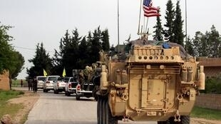 Des membres des forces américaines accompagnés par des forces Kurdes de l'YPG, près de la ville syrienne de Darbasiyah, le 28 avril 2017.