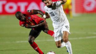 L'Egyptien Mohamed Salah à la lutte avec l'Ougandais Michael Azira.