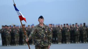 Des soldats français montent la garde lors d'une cérémonie pour la fête nationale française, le 14 juillet 2013 à l'aéroport international de Kaboul à Kaboul.