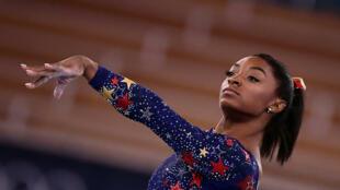 La gymnaste américaine Simone Biles exécute son programme au sol lors des qualifications aux Jeux Olympiques de Tokyo 2020, le 25 juillet 2021
