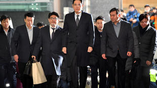 Lee Jae-yong (C), le vice-président de Samsung avant son interrogatoire par des enquêteurs indépendants,  le 13 février 2017.