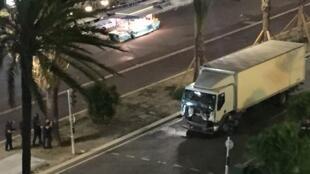 O caminhão invadiu a avenida beira-mar de Nice e atropelou dezenas de pessoas.