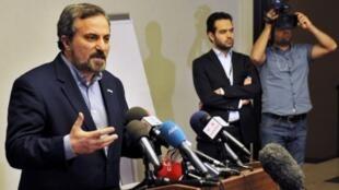 Louay al-Safi, porta-voz da Coalizão Nacional Síria (E), fala durante coletiva de imprensa, em Istambul, 26 de maio de 2013.
