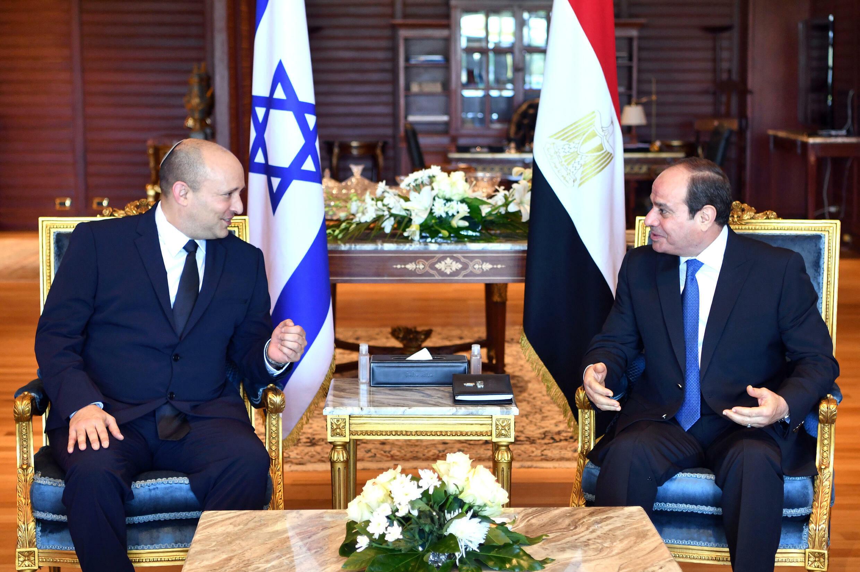 El primer ministro israelí, Naftali Bennett (izq), habla con el presidente egipcio, Abdel Fatah al Sisi, el 13 de septiembre de 2021 en Sharm el Sheij (Egipto)