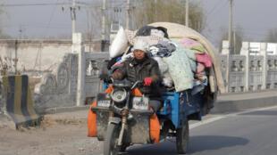 2017年11月25日,北京市郊大兴区一名外来劳工被迫带着全部所有离开此前居住的新建村。