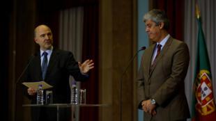 O comissário europeu de Assuntos Econômicos e Financeiros, Pierre Moscovici (e) ao lado do ministro português das Finanças, Mario Centeno.