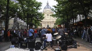 Festa da Música diante da Sorbonne, em Paris.