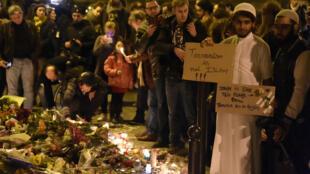 Pessoas prestam homenagem às vítimas do restaurante Le Carillon, em Paris