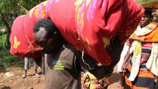 Des Burundais fuient leur pays pour le Rwanda voisin.