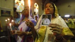 Católicos indianos oram pelo sucesso do pontificado do papa Francisco em igreja de Calcutá, na Índia.