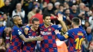 El chileno Arturo Vidal, el francés Antoine Griezmann, el uruguayo Luis Suárez y el argentino Lionel Messi celebran un gol del FC Barcelona sobre el Alavés, en partido de la liga española jugado el 21 de diciembre de 2019 en Barcelona