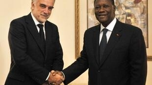 Mwendesha mashtaka wa ICC Luis Moreno Ocampo akisalimiana na rais wa Cote d'Ivoire Alassane Ouattara alipoonana nae jana