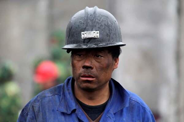 2010年3月,中国山西某家煤矿一名等待救援遇险工友消息的矿工