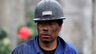 2010年3月,中國山西某家煤礦一名等待救援遇險工友消息的礦工