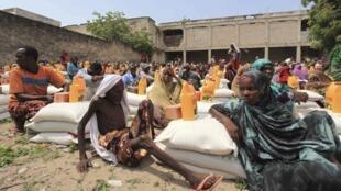 Des déplacés somaliens victimes de la sécheresse et de la famine, attentent la collecte alimentaire dans un point de distribution à Mogadiscio, le 21 juillet 2011.