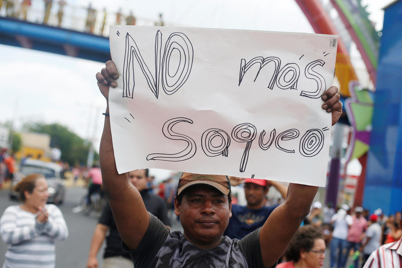 Un Nicaraguayen demande «la fin du pillage» (du pays par le gouvernement) lors d'une mobilisation contre la réforme des retraites du président Ortega, le 22 avril.