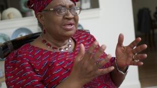 La directora general de la Organización Mundial del Comercio, Ngozi Okonjo-Iweala, habla durante una entrevista con AFP en su casa de Potomac, Maryland, el 16 de febrero de 2021