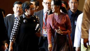 Ngoại trưởng Indonesia Retno Marsudi và bà Aung San Suu Kyi rời cuộc họp các ngoại trưởng ASEAN về vấn đề Rohingya tại Rangoon (Miến Điện), ngày 19/12/2016.