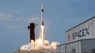 """美国 Space X公司""""载人龙""""飞船2020年11月15日晚自佛罗里达州肯尼迪发射中心顺利升空,进入预定飞行轨道,将4名宇航员送往国际空间站。"""