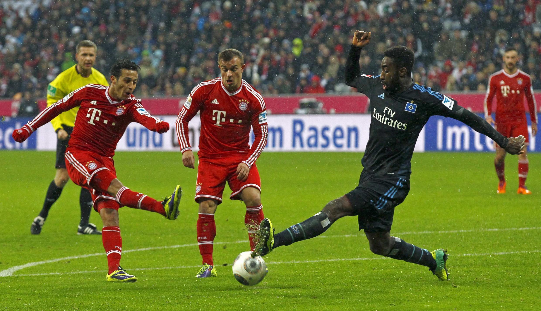 Thiago (à esq.) e  Xherdan Shagiri (centro), do Bayern de Munique, durante jogo pelo campeonato alemão neste sábado, 14 de dezembro; o time vai enfrentar o Arsenal em um dos duelos mais esperados das oitavas de final da Liga dos Campeões.