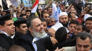 El islamista Hazem Salah Abou Ismaïl, candidato a la presidencia egipcia, el 10 de abril de 2012 en El Cairo, delante del Consejo de Estado.