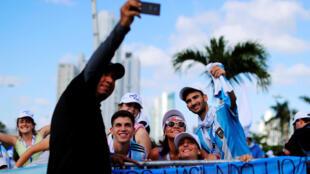 Peregrinos se sacan una foto ante de la misa de apertura de nueva edición de la Jornada Mundial de la Juventud (JMJ) en Ciudad de Panamá, el 22 de enero de 2019.