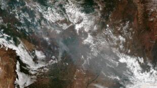 Imagen satélite muestra el humo de varios incendios en los estados brasileños de Amazonas de Mato Grosso y de Rondonia.