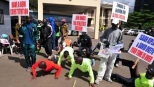 Wanariadha wa Kenya wakifanya mazoezi nje ya makao makuu ya Shirikisho la lao, Novemba 23, 2015 jijini Nairobi.