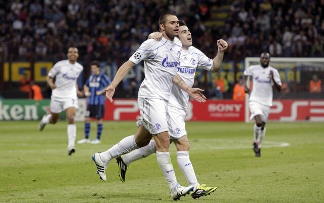 O brasileiro Edu do Schalke comemora um dos dois gols que fez no jogo contra a Inter