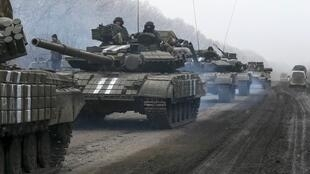 Tanques do exército ucraniano nos arredores de Debaltseve neste sábado, 14/02.