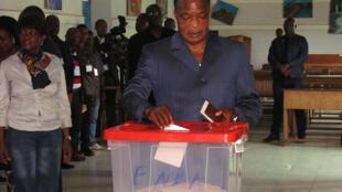 O  presidente do Congo , Denis Sassou-Nguesso vota no referendo  de 25 de Outubro de 2015