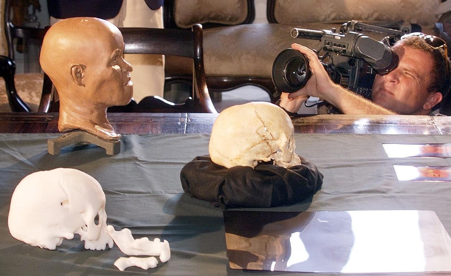 Photo prise le 20 septembre 1999 d'un caméraman enregistrant la présentation de la reconstitution de la tête de «Luzia», «la première femme brésilienne», dont le crâne a 12 000 ans au Musée national d'histoire de Rio de Janeiro , Brésil.
