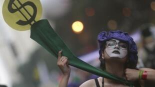 Manifestante pede justiça ambiental e social durante caminhada na Cúpula dos Povos, evento paralelo à Rio+20, nesta quarta-feira.
