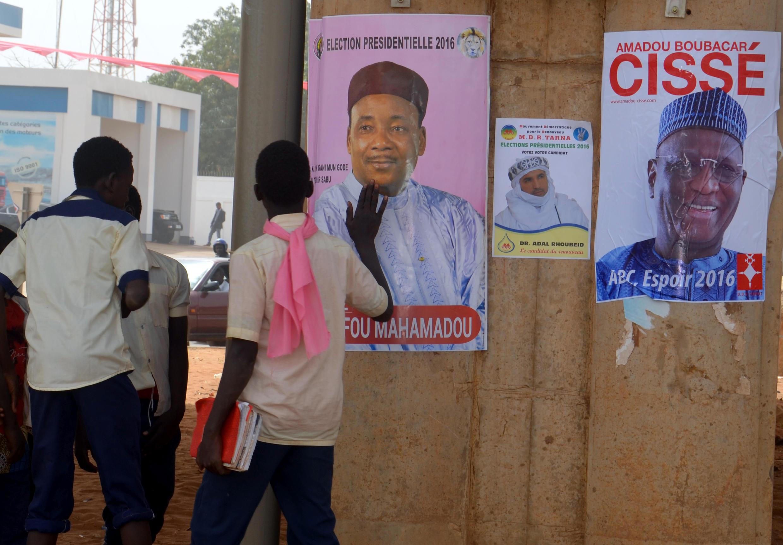 Affiches du président sortant et candidat à la présidentielle au Niger Mahamadou Issoufou (gauche) et  de l'ancien ministre d'Etat du Plan, Amadou Boubacar Cisse de UDR-Tabbat (droite) à Niamey, le 30 janvier 2016.