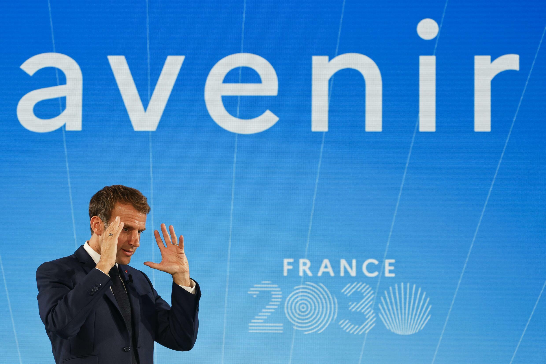 El presidente Emmanuel Macron gesticula durante el acto de presentación del plan de inversiones Francia 2030 en el palacio del Elíseo, el 12 de octubre de 2021 en París